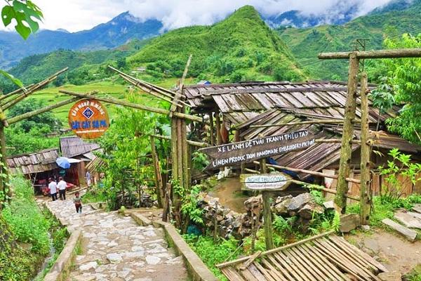 Chemin de marche pendant la Visite du village Cat cat sapa