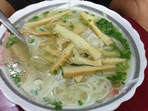 Manger pas cher à Saigon: Bún Mang Vit 284 Le Van Sy, la meilleure soupe de nouilles au canard