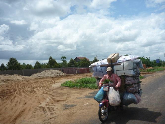 Les vietnamiens portent leurs maisons sur leurs motos