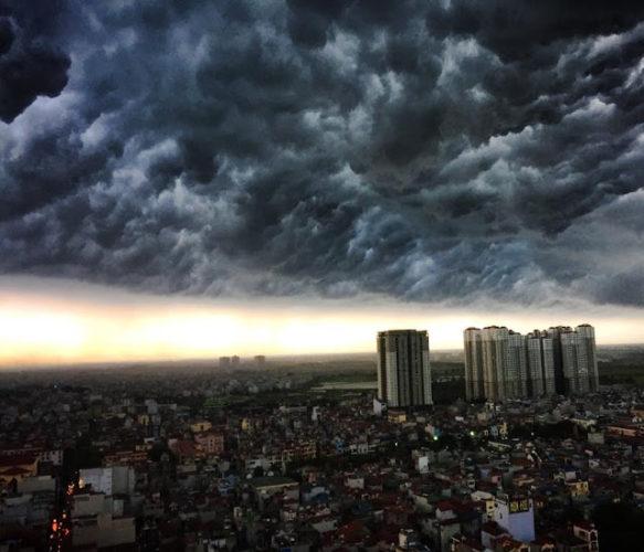 Un orage en saison des pluies à Hanoi au Vietnam