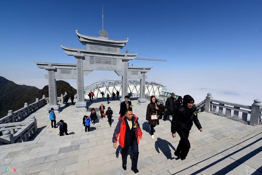De la dernière station, les gens devront faire 600 marches jusqu'au sommet de la montagne. Une terrace a été construite sur le sommet
