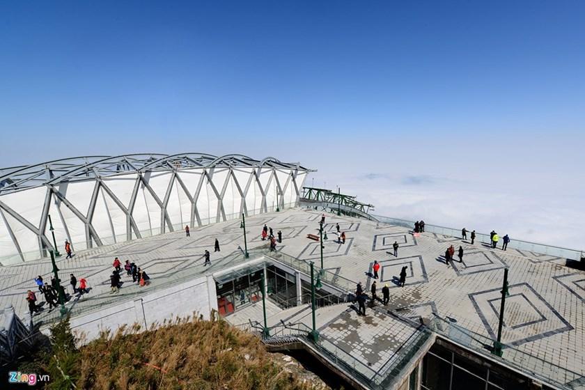 Les visiteurs à la station finale,  en 3000 mètres d'altitude. Un peu d'escalade est nécessaire pour atteindre le sommet de la montagne à partir d'ici.