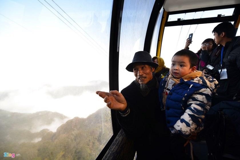 Ha Van Khuyen, 70, et son petit-fils  sont parmi les premiers à atteindre le sommet de Fansipan par un téléphérique. Khuyen a conquis le sommet Fansipan deux fois en 1972 et 1987, la deuxième fois comme un guide pour un groupe de visiteurs russes.