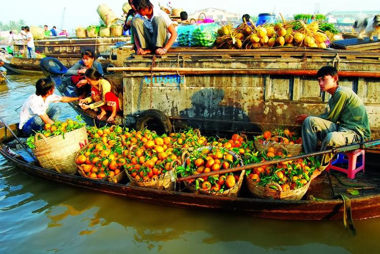 Les plus grands marchés flottants dans le delta du Mékong, Vietnam