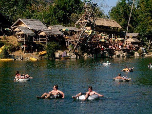 Faire de al tube sur l'eau a Vang Vieng