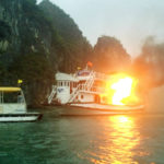 Incendie d' un bateau de croisière dans la baie de Ha Long au Vietnam