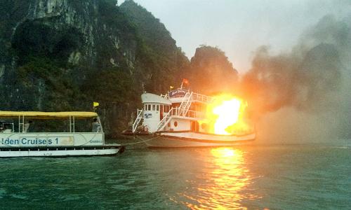 Incendie d'un bateau de luxe dans la baie d'Halong