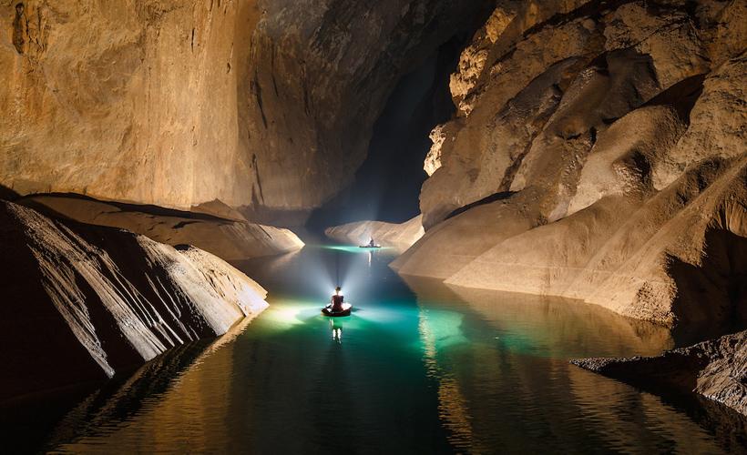 Une riviere dans la grotte Son DOng
