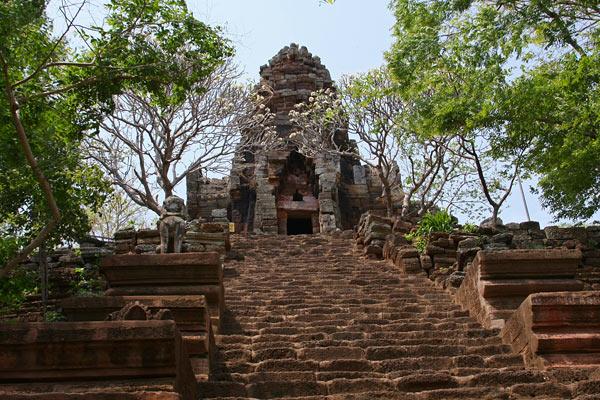 """Phnom Banan est le propre """"mini Angkor Wat"""" de Battambang."""