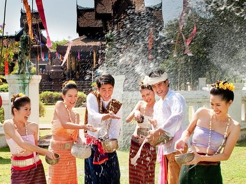 On se mouille pendant le festival du Nouvel An au Laos