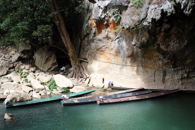 Bateaux pour visiter la Grotte de Tham Kong Lo