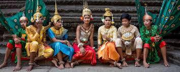Religion au Cambodge Les femmes plus âgées, en particulier les veuves, choisissent souvent de vivre dans les pagodes cambodgiennes comme aides.