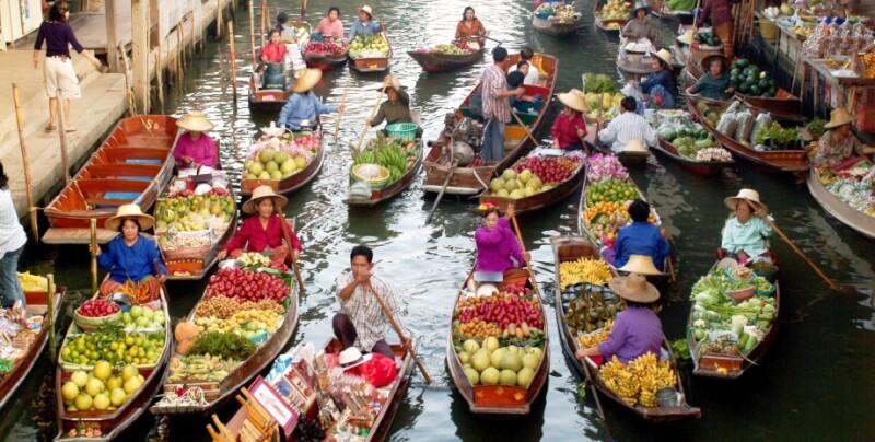 Petits bateaux chargés de fruits et légumes frais au Marché flottant de Damnoen Saduak