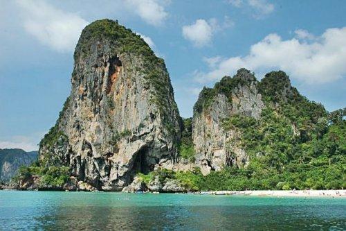 La plage de Railay Phra Ngan près de Krabi en Thaïlande.