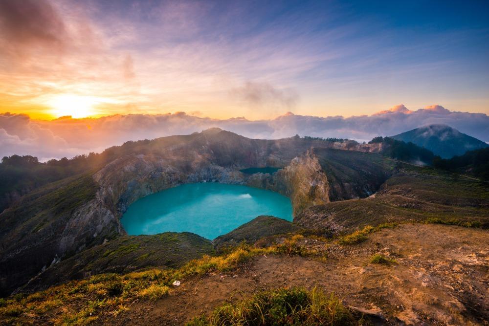 Lever du soleil sur le mont Kelimutu à Flores, en Indonésie.