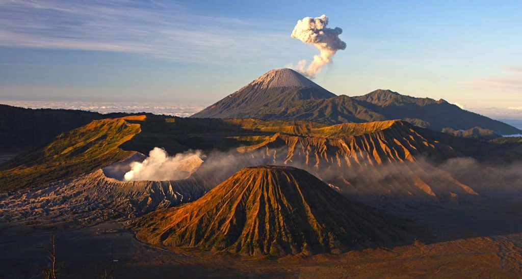 Mont Bromo au lever du soleil, parc national de Tengger Semeru, Java oriental, Indonésie.