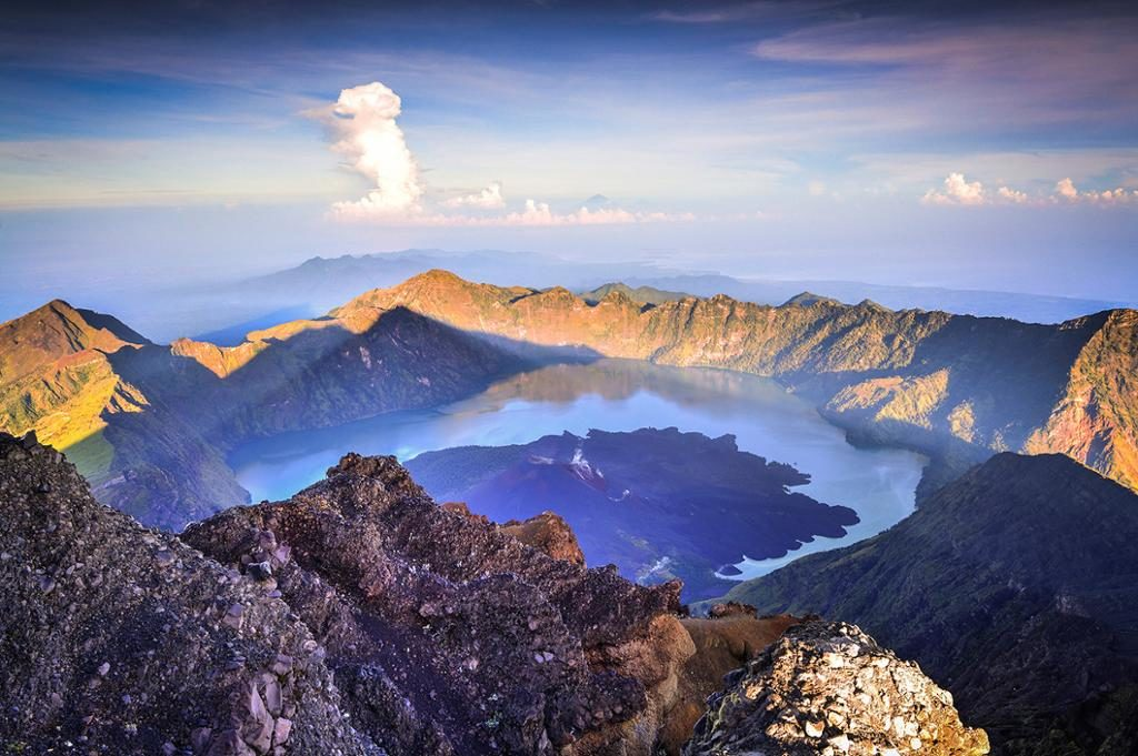 Vue panoramique de la montagne de volcan Rinjani d'Indonésie.