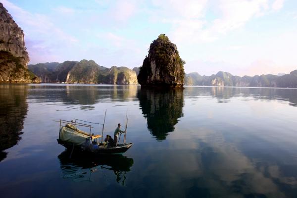 Pecheur dans la baie de lan Ha