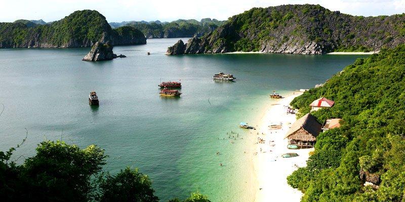 Une plage dans la baie de Lan Ha