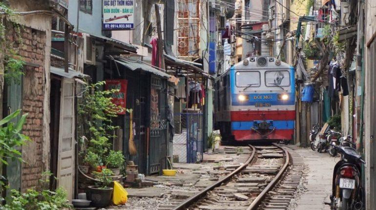rue train Hanoi