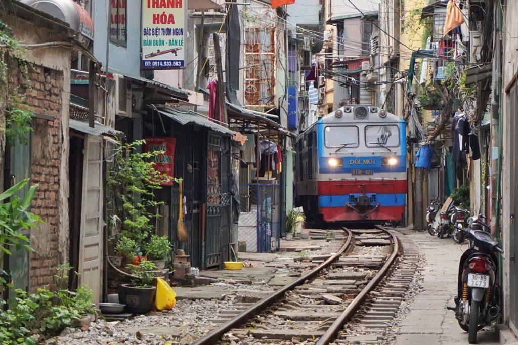 Rue de trains à Hanoi : découvrez la vie sur le chemin de fer au Vietnam