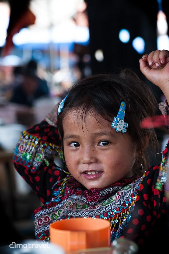 Petite fille Hmong au Marché de Bac Ha