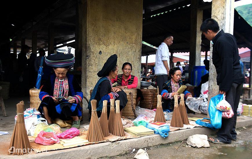 Vendeur d'encens au Marché Lung Phin, Ha Giang